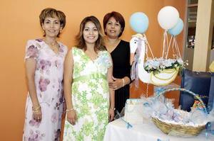 <b>16 de julio 2005</b><p> Diana Jazmín Zapata de Lesprón, en compañía de las anfitrionas de su fiesta de canastilla.