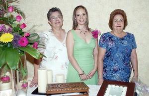 <b>15 de julio 2005</b><p>  La futura novia acompañada por su mamá,. Guadalupe Rosas de Ledesma y por su suegra, Dolores Torres Ortiz.