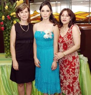 Karla María en compañía de las anfitrionas de su fiesta de despedida, Ana L. Elizondo de Corrales y Carolina Flores de Braña.