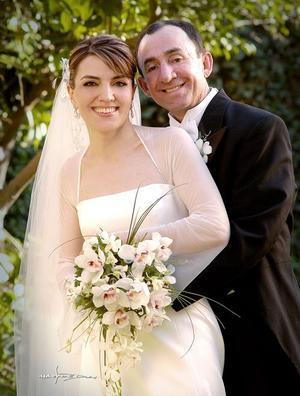 Lic. Luis Salazar Medina y C.P. María del Pilar Aguirre Zozaga contrajeron matrimonio el sábado siete de mayo de 2005. <p> <i>Estudio: Maqueda</i>