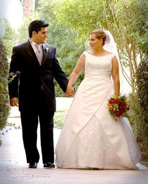 Ing. Luis Carlos López Martínez y Lic. María del Rosario Chaib López contrajeron matrimonio el sábado 28 de mayo de 2005. <p> <i>Estudio: Maqueda</i>