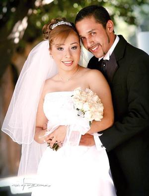 Lic. Andrés Gerardo Fernández Ceniceros y Lic. Nuria Monserrat Cárdenas del Valle contrajeron matrimonio religioso el sábado 18 de junio de 2005 . <p> <i>Estudio: Maqueda</i>