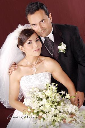 Lic. Ignacio A. Salcido Esparza y Srita. Perla M. Matías Carrillo contrajeron matrimonio, el sábado 28 de mayo de 2005.  <p> <i>Estudio: Lucero Kanno</i>