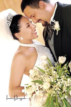 Sr. Ángel Anthony Aranda y Srita. Gabriela del Rosario Hernández Moreno contrajeron matrimonio religioso en la capellanía del Pueblito, el sábado cuatro de junio.  <p> <i>Estudio: Laura Grageda</i>