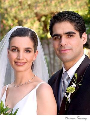 Sr. David Rangel Vallari y Srita. Alicia Estrada Murra recibieron la bendición nupcial el sábado 30 de abril de 2005. <p> <i>Estudio: Norma Suárez</i>