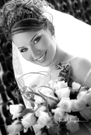 Srita. Ofelia López Cortinas, el día de su boda con el Sr. Javier E. de Hoyos Flores.  <p> <i>Estudio: Laura Grageda</i>