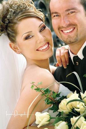 Sr. Javier E. Hoyos Flores y Srita. Ofelia López Cortinas contrajeron matrimonio religioso el sábado 28 de mayo de 2005 . <p> <i>Estudio: Laura Grageda</i>