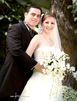 Sr. Luis Guillermo Arratia Abularach y Srita. Claudia Rosas Martín recibieron la bendición nupcial el 21 de mayo de 2005. <p> <i>Estudio: Maqueda</i>