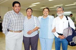 Ma. Trinidad Caudillo y Elena Hernández viajaron a Mérida y fueron despedidas por Ramón Veloz y Karina Hernández.