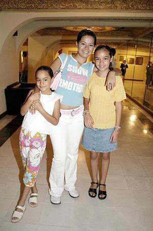 Aymé Alejandra Flores, Nancy Ramos y AdrianaSarahí Flores.
