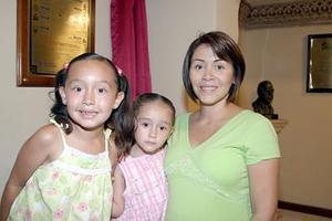 Mayra Corral de González y sus hijos Luisa y Paulina González.