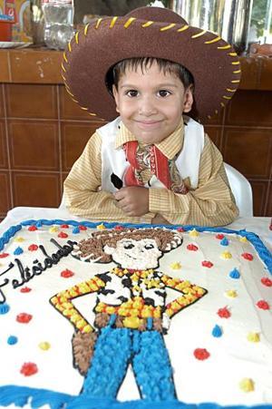 Omar Alexis Rojas Castañon cumplió cinco años de vida con una divertida piñata, organizada por sus papás.
