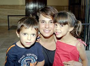 Patricia Segura de Arenal y sus hijos Ricky y Ana Lucía Arenal segura.