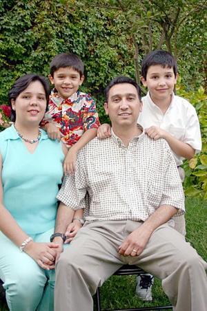 José Luis y Ana Cristina Madero, con sus hijos José Luis y Fernando Madero.