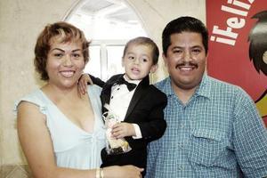Luis Gerardo Limón Medina en compañía de sus papás, Pedro Limones Hernández y Ofelia Medina Esparza, el día que celebró su tercer cumpleaños.
