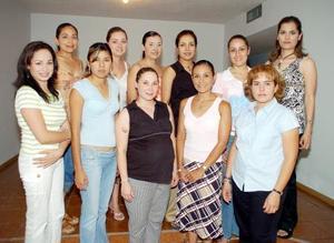 Luisa Fernanda Ramos de Aguayo acompañada por un grupo de amigas, en la fiesta de canastilla que le ofrecieron Victoria Araluce de Ramos y Socorro Padilla de Aguayo, en honor al bebé que espera.