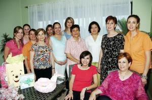 Lupita Rodríguez Cobos espera el nacimiento de su bebé, motivo por el cual un grupo de amigas y familiares le ofreció una merienda.