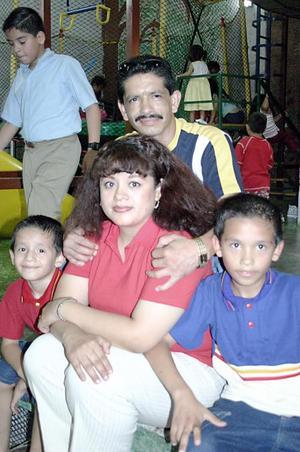 Santos Ortega y Cristina de Ortega con sus hijos Christian y Aarón Ortega Galván, en reciente convivio.