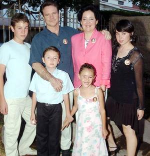 Óscar Gutiérrez del Bosque y Norma I. de Gutérrez con sus hijos Brenda, Óscar, Ángel y Stephanie en un festejo de cumpleaños.