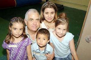 <b>17 de julio 2005</b><p> Danya Sarahí y Diego Salinas Cortés festejaron sus cumpleaños, acompañados por sus papás, Delfino Salinas y Lilia Cortés, y por sus hermana Darissa Sabrina.