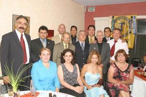 <b>18 de julio 2005</b><p>  Integrantes de la nueva mesa directiva del club Toastmaster Palabra y Pensamiento, acompañados de los invitados especiales y de otros miembros del club.