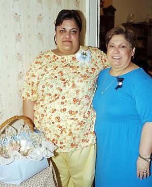 Laura Lozano de Gutiérrez espera el nacimiento de su primer bebé y por ello su mamá, Laura Elena Torres de Lozano, le ofreció una fiesta de canastilla.