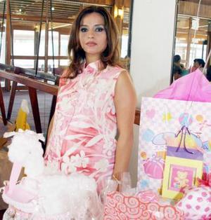 <b>17 de julio 2005</b><p> Rosario Vázquez de Valencia recibió lindos regalos para el bebé que espera, en la fiesta de canastilla que le organizó un grupo de amigas.