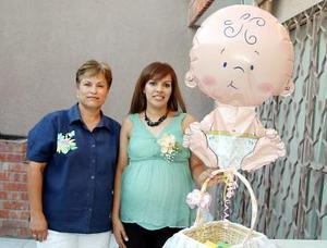 Rosy de Castañeda en compañía de su suegra, Rebeca Mata de Castañeda, quien ofreció una fiesta de canastilla para el bebé que espera.