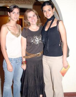 Cecilia Marroquín de Murra con sus hijoas Cecilia y Daniela Murra Marroquín.