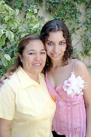 Por su próxima boda Susana Marcela Luján Vargas fue despedida de su vida de soltera, con un convivio que le organizó su suegra, Lydia Escobedo de Ramírez.