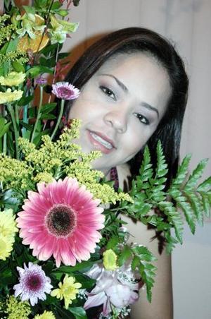 Rosa Carolina Anguiano López contraerá nupcias el próximo 30 de julio con Jesús  Rivas Moreno, y por ello fue despedida de su vida de soltera.