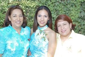 <b>17 de julio 2005</b><p> Viviana Ortega Tinajera acompañada por su mamá, Silvia Tinajera de Ortega y su suegra, Alma Leticia Martínez de Rangel, quienes le organizaron una despedida de soltera hace unos días.