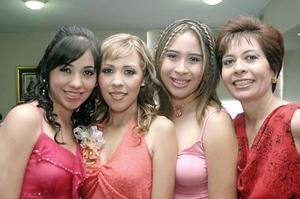 <b>18 de julio 2005</b><p> Nashley Chávez Samperio captada en su despedida de soltera con sus hermanas Itzia y Huguette y su mamá, Ana María Samperio de Chávez