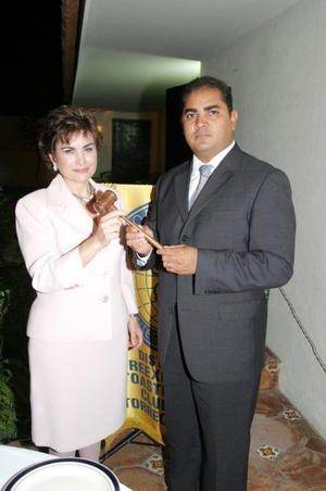 Cecilia Ramírez Hamdan, nueva presidenta del club Reeprexión, junto al presidente saliente, José Luis Triana Sosa.