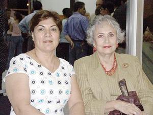 Delia González y Mary de Martínez.