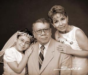 Gabriela Orozco Ruelas, en una fotografía de estudio el día de su primera comunión, acompañada por sus papás, Lic. Arturo Orozco González y Lic. Gabriela Ruelas Guevara.