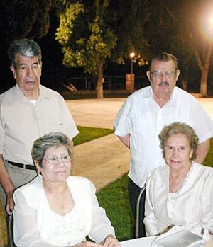 En el Campestre de Gómez Palacio, estuvieron en un festejo los señores José Ángel Rodríguez Dimas y Consuelo Pineda de Rodriguez, Gerónimo  Aguilar y Lidia de Aguilar.