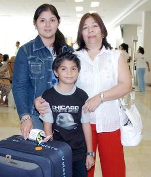 Luz Angélica Barajas, llegó a Torreón procedente de Toronto, Canadá y fue recibida por Angélica Gakindo y Óscar Barajas.