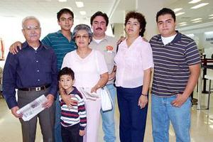 <b>19 de julio 2005</b><p>  Vicente Martínez, José Martínez y María de Jesús Hernández, viajaron a Tijuana y los despidió la familia Martínez Caballero.