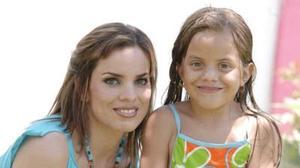 <b>19 de julio 2005</b><p>  Paty de Mata con su sobrina Ana Sofy Lozano Acosta, en reciente festejo.