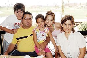 <b>19 de julio 2005</b><p>  Héctor Tinajero y Gaby de Tinajero con sus hijos Gaby, Héctor y Regina Tinajera Galarza.