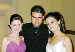 Mariana Iduñante Arreola junto a sus hermanos Sofía y Jorge, el día de su fiesta de graduación.