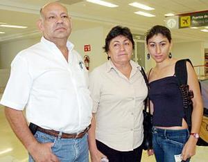 Angélica viajó a Mérida y fue despedida por Arnulfo Pacheco y Matildo Alonso.