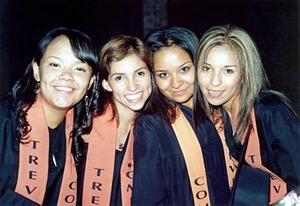 Marcela Solís, Ivonne muñoz, Luisa Reza y Cinthia Gamboa, captadas en su graduación.