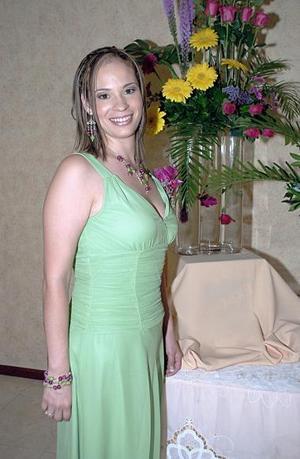 Verónica Ledesma Rosas, captada en la primera despedida que le organizaron su mamá, Guadalupe de Ledesma y su suegra, Dolores de Ortiz.