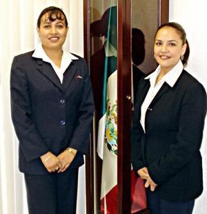 Anabel Mendoza García y Martha Leticia Cruz González, secretarias del Aeropuerto Francisco Sarabia de Torreón.