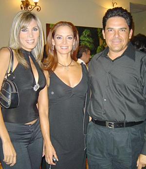 Héctor Ramos y Lorena Ramos, acompañados de Lupita Jones, durante el evento de Nuestra Belleza Coahuila 2005.