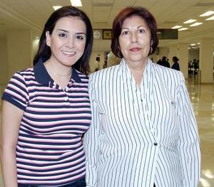 <b>22 de julio 2005</b><p> Yessica Mier viajó al DF y fue despedida por Guadalupe de Lara.