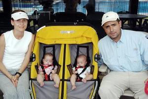 Daniel y Mayté Gutiérrez con sus bebés Damián y Tamara Gutiérrez, captados en un club .