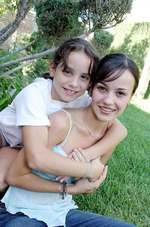 Isabela junto a su prima, Cristy Algara Allegre.